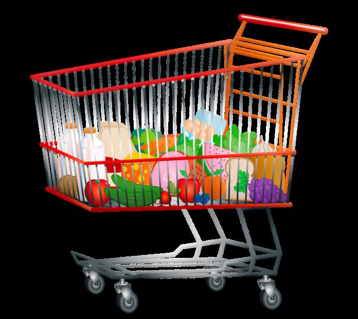 Pracownicy pomocy społecznej robią zakupy potrzebujących 2
