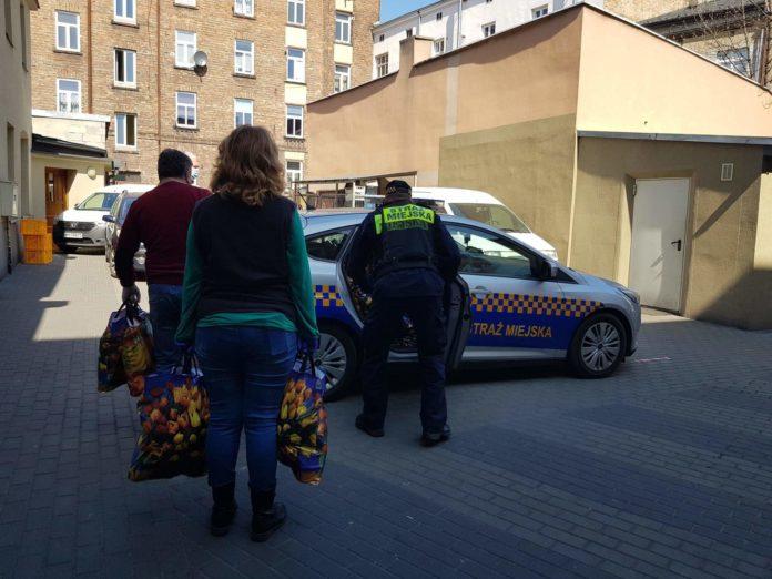 Strażnicy miejscy przyszli z pomocą, aby inny mogli pomagać 2