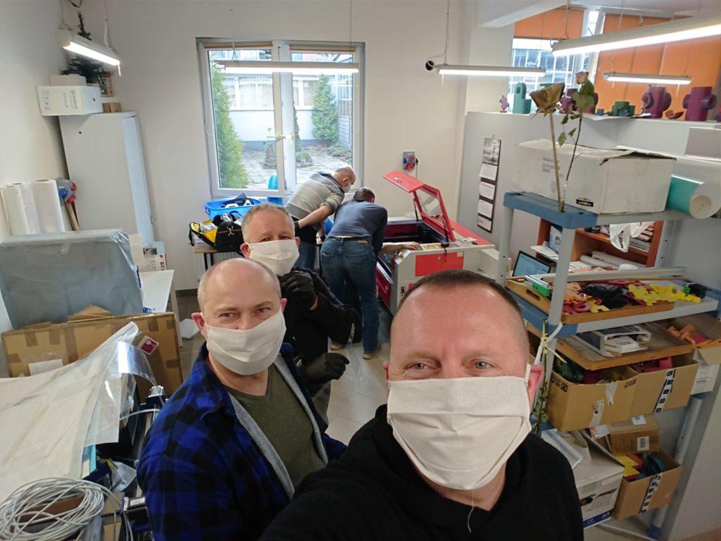 W Kłobucku produkują przyłbice ochronne dla służby zdrowia. Pierwsza partia już trafiła do medyków, ratowników i pielęgniarek 1