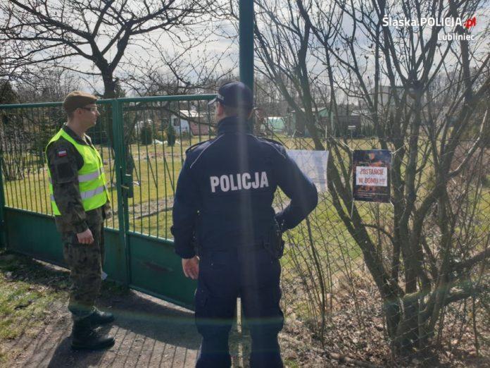 Policja i wojsko sprawdzają, czy ludzie stosują się do nakazów 5