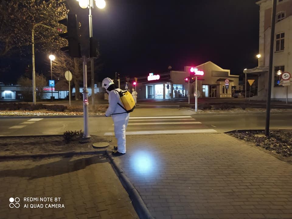 W Lublińcu strażacy pomagają odkażać ulice 3
