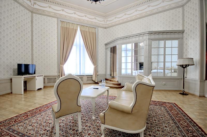 Zamek Moszna. 365 pomieszczeń, 99 wież i imponujący park kwitnący azaliami 23