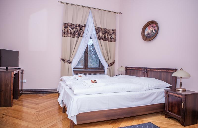 Zamek Moszna. 365 pomieszczeń, 99 wież i imponujący park kwitnący azaliami 26