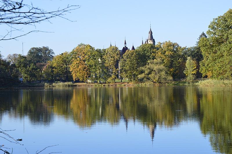 Zamek Moszna. 365 pomieszczeń, 99 wież i imponujący park kwitnący azaliami 21