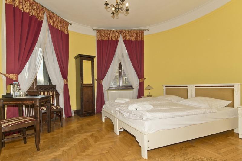 Zamek Moszna. 365 pomieszczeń, 99 wież i imponujący park kwitnący azaliami 28