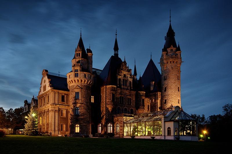Zamek Moszna. 365 pomieszczeń, 99 wież i imponujący park kwitnący azaliami 8
