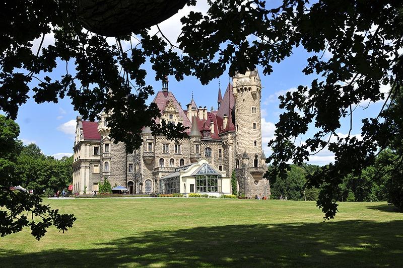 Zamek Moszna. 365 pomieszczeń, 99 wież i imponujący park kwitnący azaliami 2