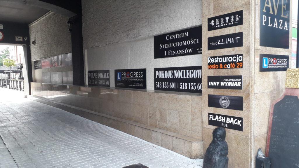 W Śródmieściu Częstochowy nie wszystkie szyldy i reklamy są estetyczne 2