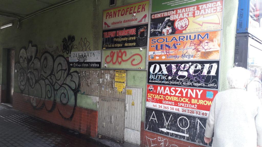 W Śródmieściu Częstochowy nie wszystkie szyldy i reklamy są estetyczne 3