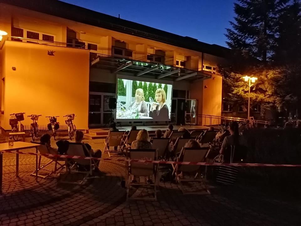 Letnie kino przed Miejskim Domem Kultury w Lublińcu także we wrześniu 1