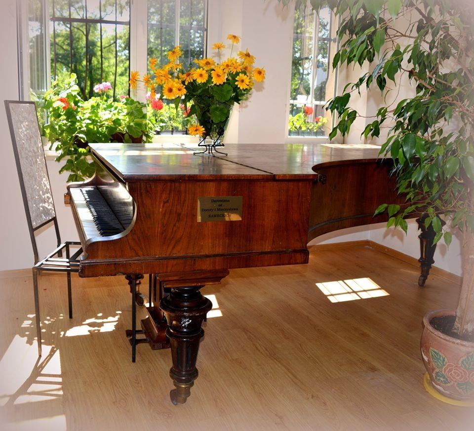Zabytkowe pianino w GOK w Poraju 2