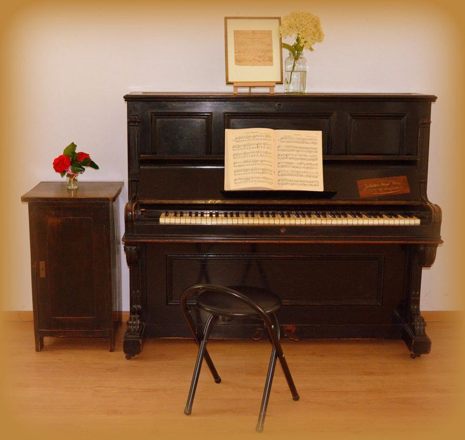 Zabytkowe pianino w GOK w Poraju 1