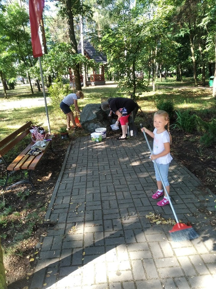 Seniorzy z Żarek Letnisko przeprowadzili akcję sprzątania okolicy. 1