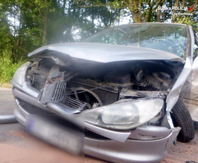 Policja zatrzymała kobietę, która pijana jechała środkiem drogi i spowodowała wypadek 2