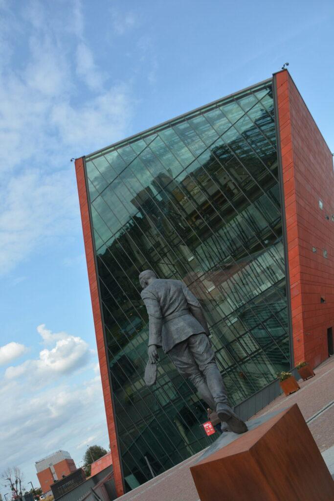Pomnik rotmistrza Pileckiego przed budynkiem Muzeum II Wojny Światowej w Gdańsku