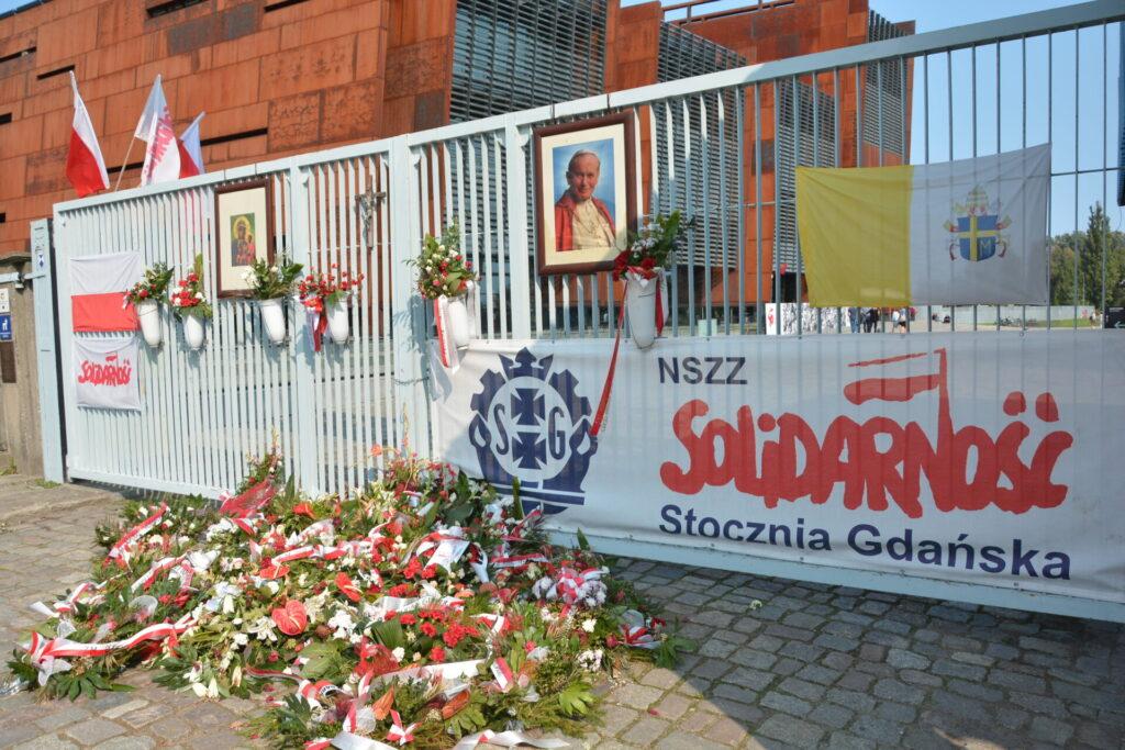 Brama wiodąca do Stoczni Gdańskiej