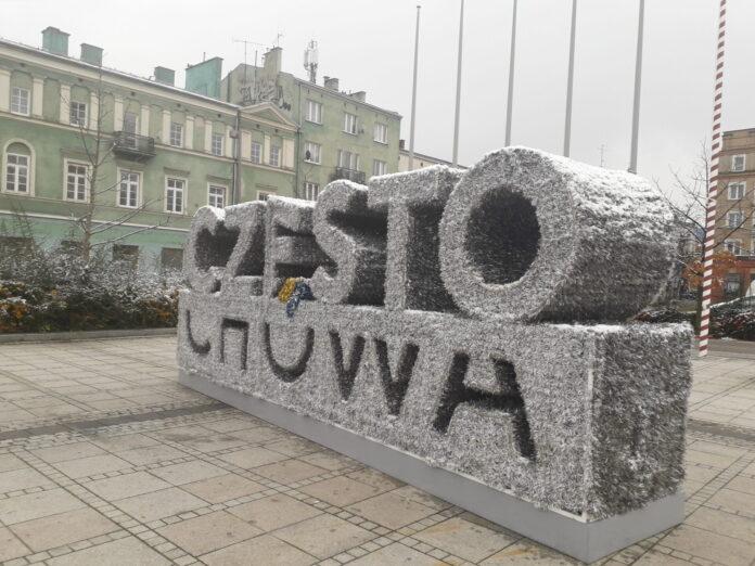 Częstochowa stroi się na święta. Na Placu Biegańskiego rozpoczął się montaż dekoracji bożonarodzeniowych 2