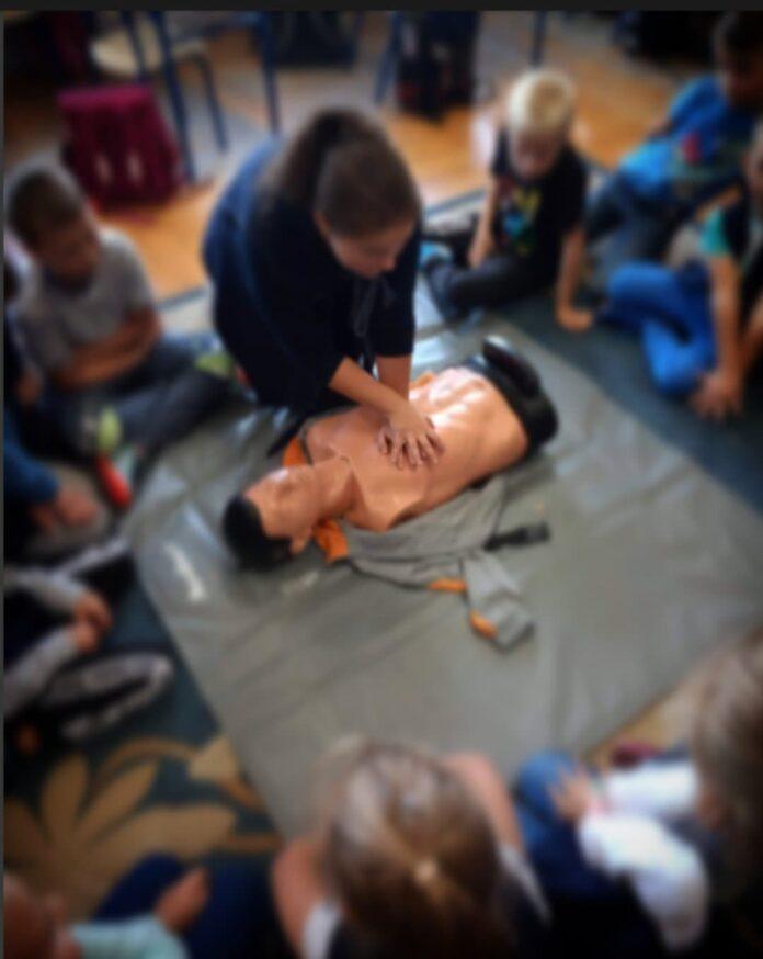 Młodzież z częstochowskiego liceum imienia Henryka Sienkiewicza uczy młodszych kolegów oraz dzieci zasad pierwszej pomocy 4