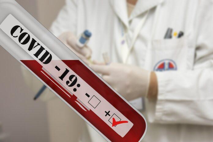 Ponownie ponad 27 tysięcy nowych przypadków zakażenia koronawirusem. Zmarło 445 pacjentów, to rekordowy wzrost liczby zgonów 3