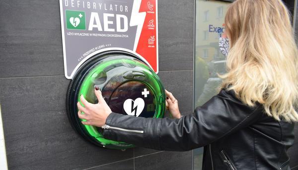 W Częstochowie zamontowano  ogólnodostępny defibrylator. Pomoże on ratować ludzkie życie 2