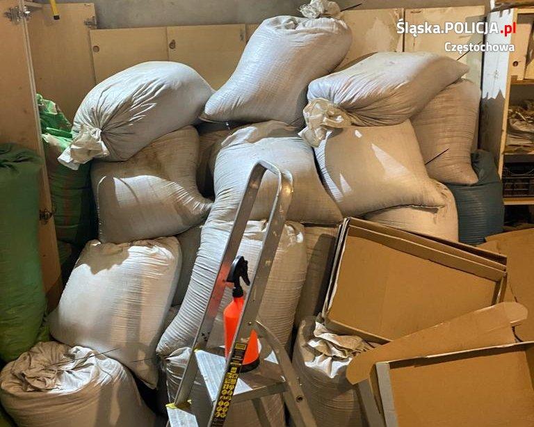 Częstochowscy policjanci wykryli nielegalną fabrykę papierosów. Działała ona w Wielkopolsce 2