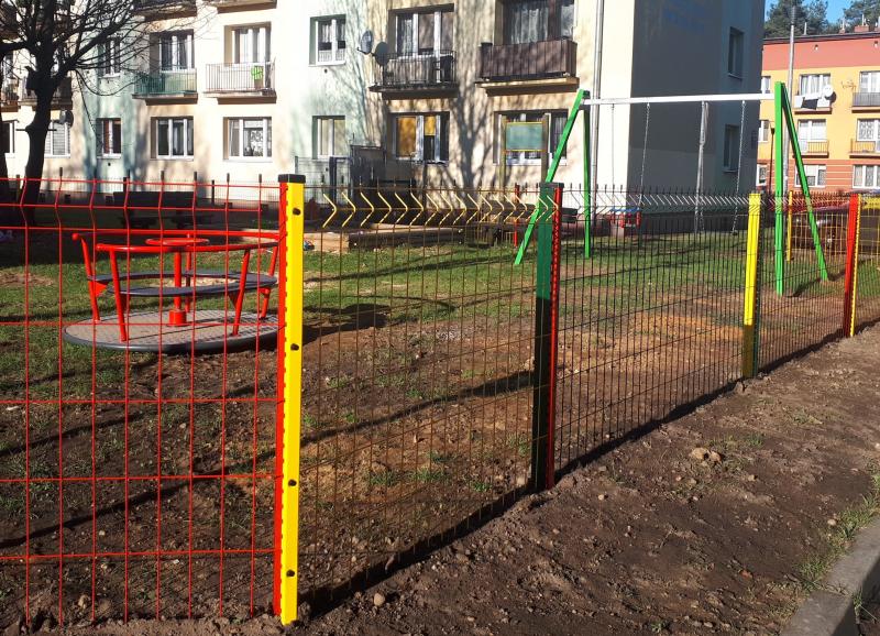 Nowe urządzenia i ogrodzenie na placu zabaw w Blachowni 1