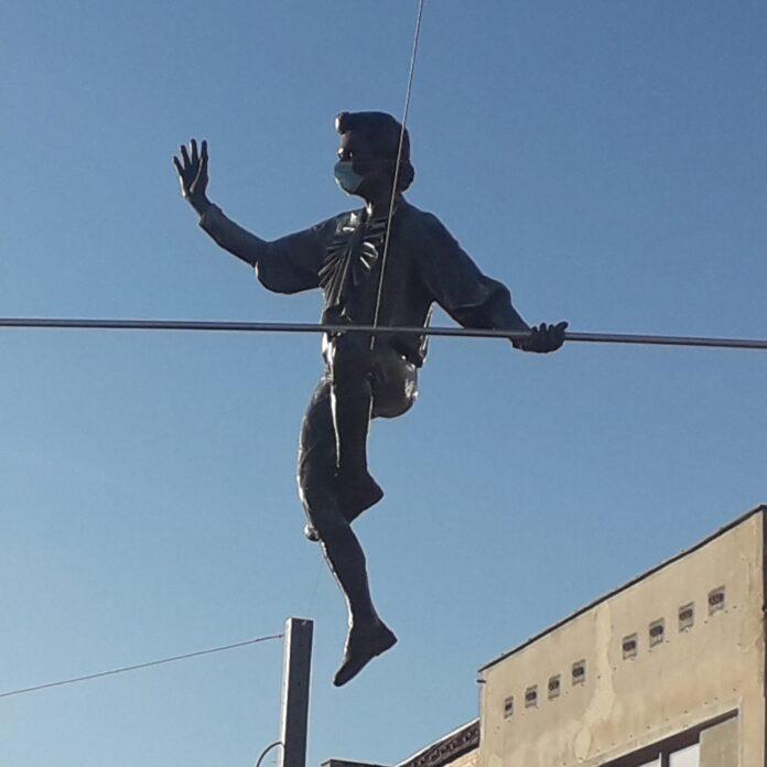 Nad Starym Rynkiem w Częstochowie balansują już trzy rzeźby. Koniec modernizacji placu coraz bliżej 2