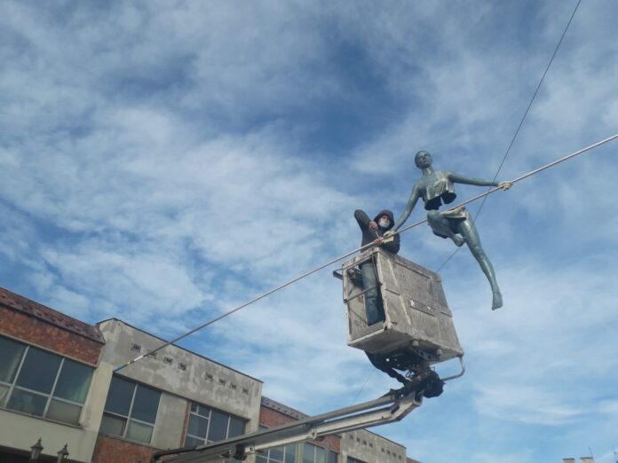 Pierwsze rzeźby Jerzego Kędziory już balansują nad częstochowskim Starym Rynkiem 2