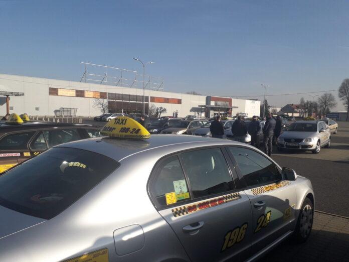 Protest częstochowskich taksówkarzy. Kierowcy przejechali ulicami miasta pod siedzibę PiS-u, aby upomnieć się o pomoc dla swojej branży 2