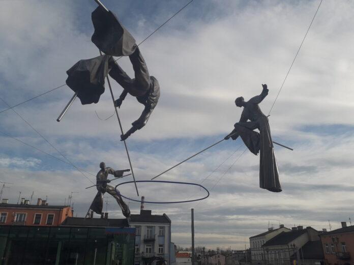 Kolejne rzeźby zawisły nad częstochowskim Starym Rynkiem. Zaczęło się także sadzenie drzew 2