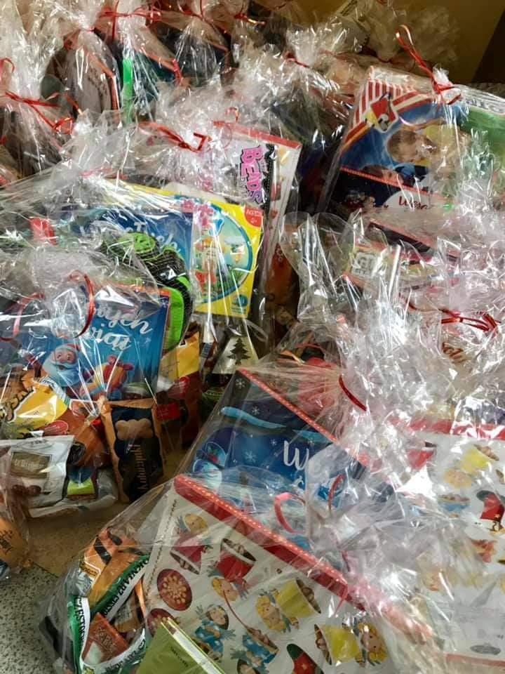Orszak św. Mikołaja z gwiazdami sportu i estrady dotarł do dzieci z niepełnosprawnościami i przywiózł prezenty. Upominki dotarły przed 6 grudnia 2