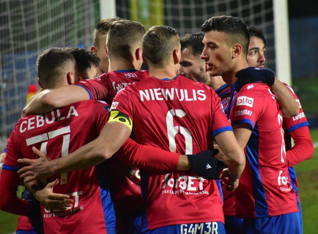 Raków pokonał Jagiellonię Białystok. 5 goli w Bełchatowie 14