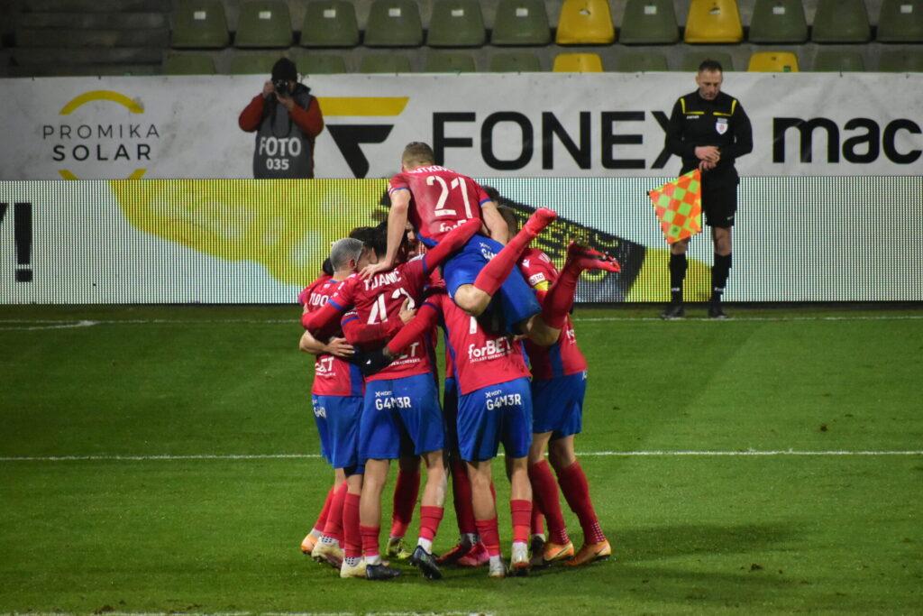 Raków pokonał Jagiellonię Białystok. 5 goli w Bełchatowie 16