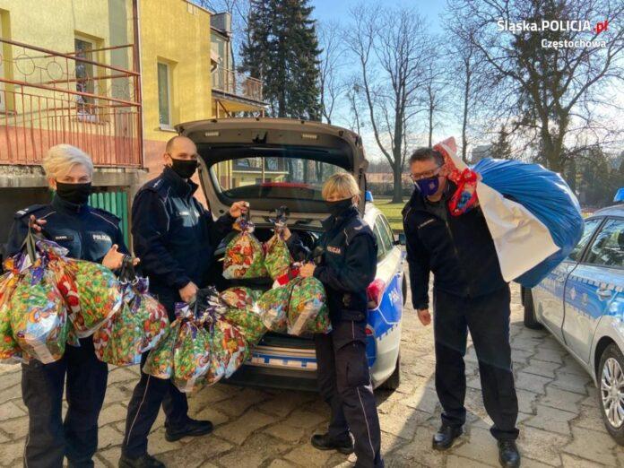 Częstochowscy policjanci zostali wysłannikami Świętego Mikołaja 8