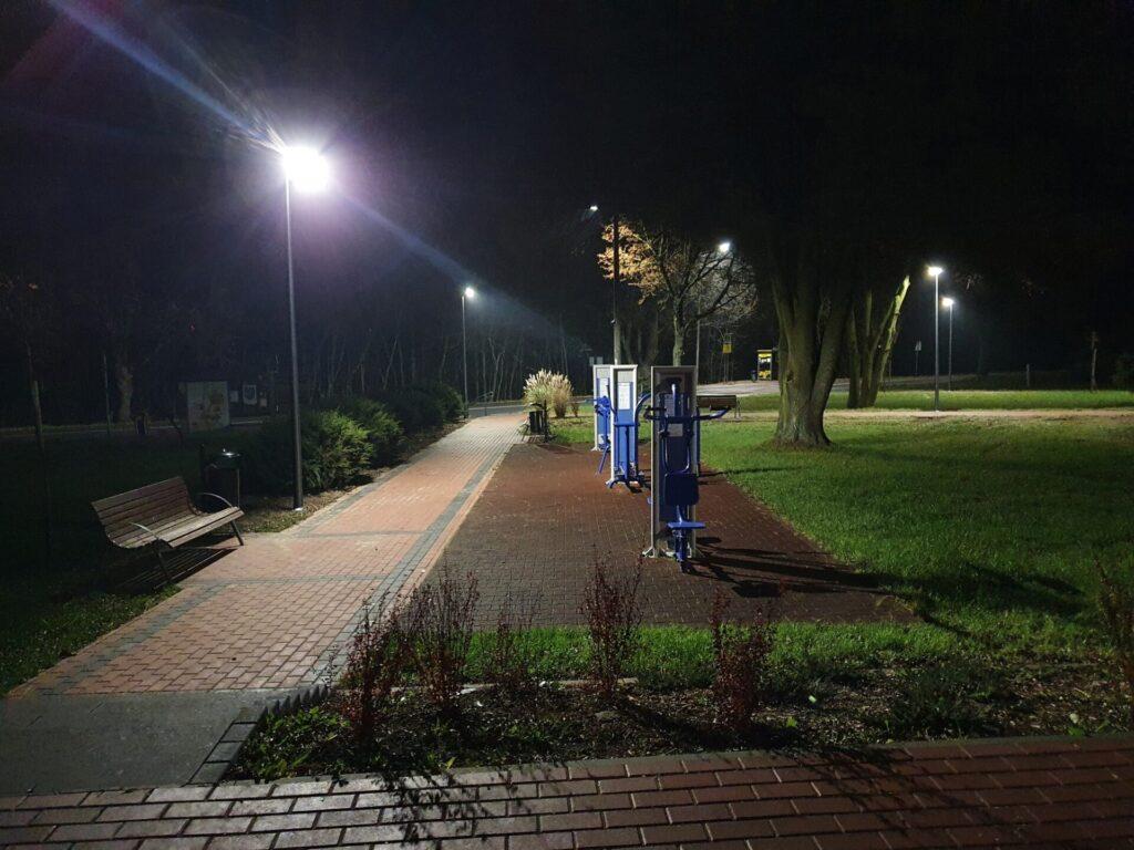 Skwer przy ZSP w Jaskrowie oświetlony 1