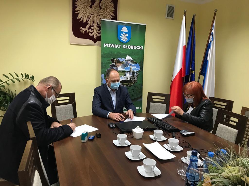Powiat Kłobucki wspiera prace konserwatorskie kościoła modrzewiowego w Mokrej 2