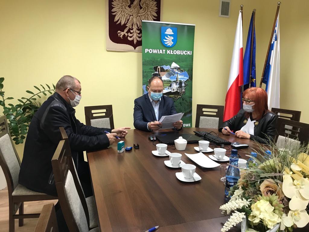 Powiat Kłobucki wspiera prace konserwatorskie kościoła modrzewiowego w Mokrej 1