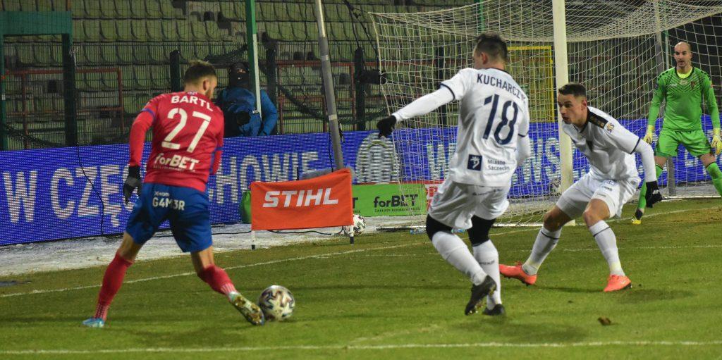 """Zły powrót do Ekstraklasy. Porażka Rakowa z Pogonią w meczu """"na szczycie"""" Ekstraklasy 8"""