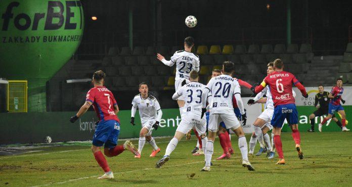 Raków ma w środę walczyć z Górnikiem Zabrze o awans do 1/4 Pucharu Polski. Czy boisko po ostatnich opadach śniegu będzie nadawać się do gry? 2
