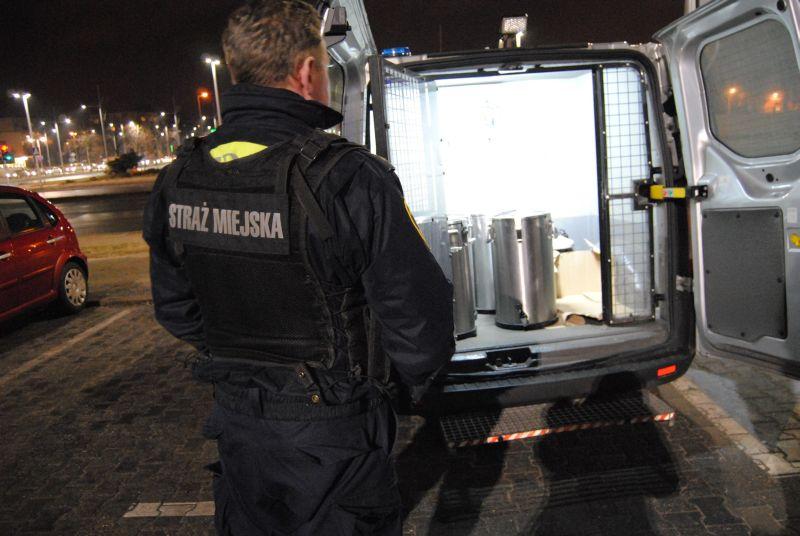 Częstochowscy strażnicy miejscy kolejny raz pomogli bezdomnym przetrwać mroźną noc 1
