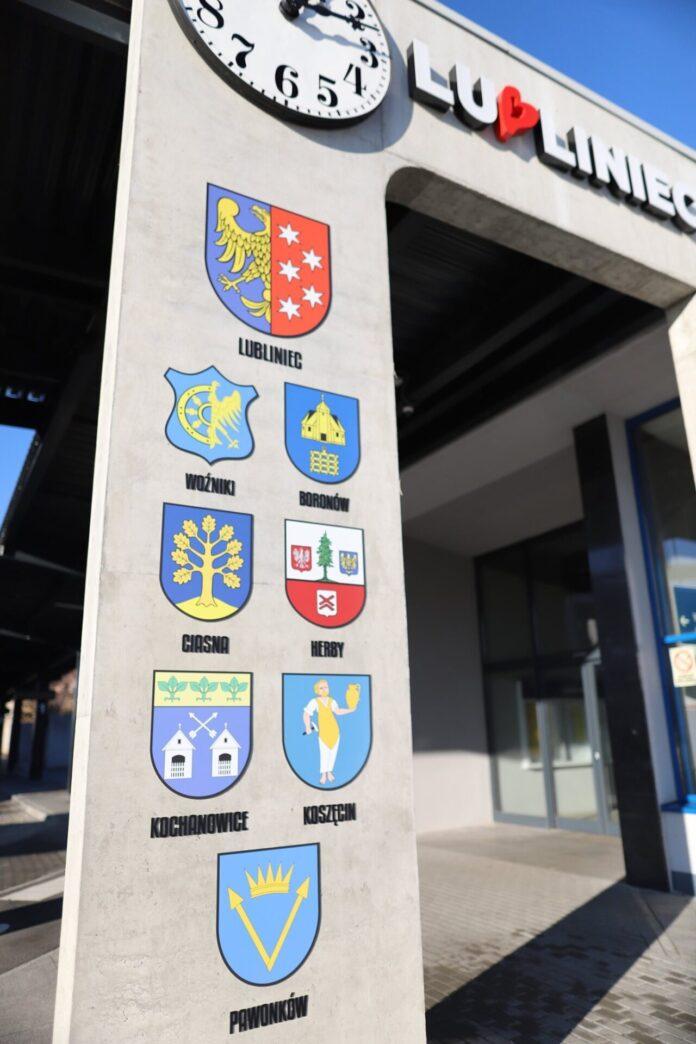 Przy dworcu PKP w Lublińcu pojawiły się herby gmin powiatu lublinieckiego 2