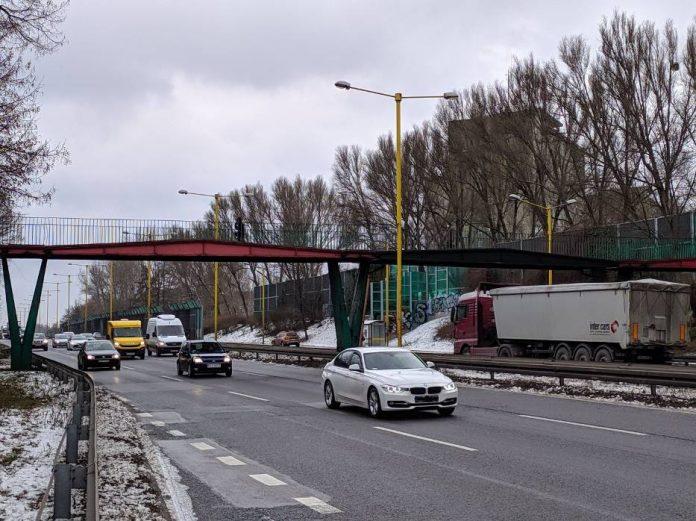 Miejski Zarząd Dróg i policja częstochowska szukają kierowcy, który uderzył w kładkę nad DK-1 2