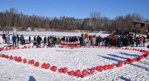 """Licytacja gadżetów, serduszko z balonów na śniegu i wspólna kąpiel w lodowatej wodzie, czyli częstochowskie """"morsy"""" też wspierają WOŚP 10"""