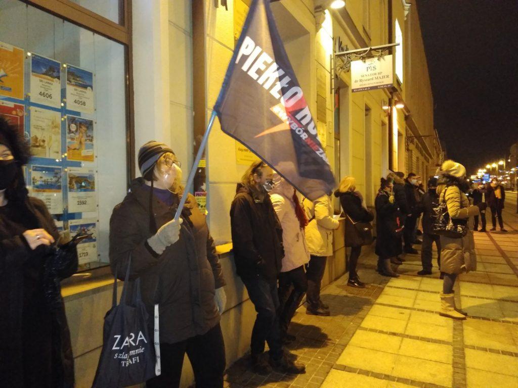 Częstochowianie w milczeniu protestowali przeciwko dzisiejszej decyzji dotyczącej publikacji wyroku Trybunału Konstytucyjnego 10