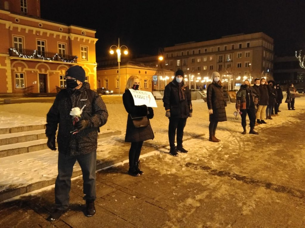 Częstochowianie w milczeniu protestowali przeciwko dzisiejszej decyzji dotyczącej publikacji wyroku Trybunału Konstytucyjnego 16