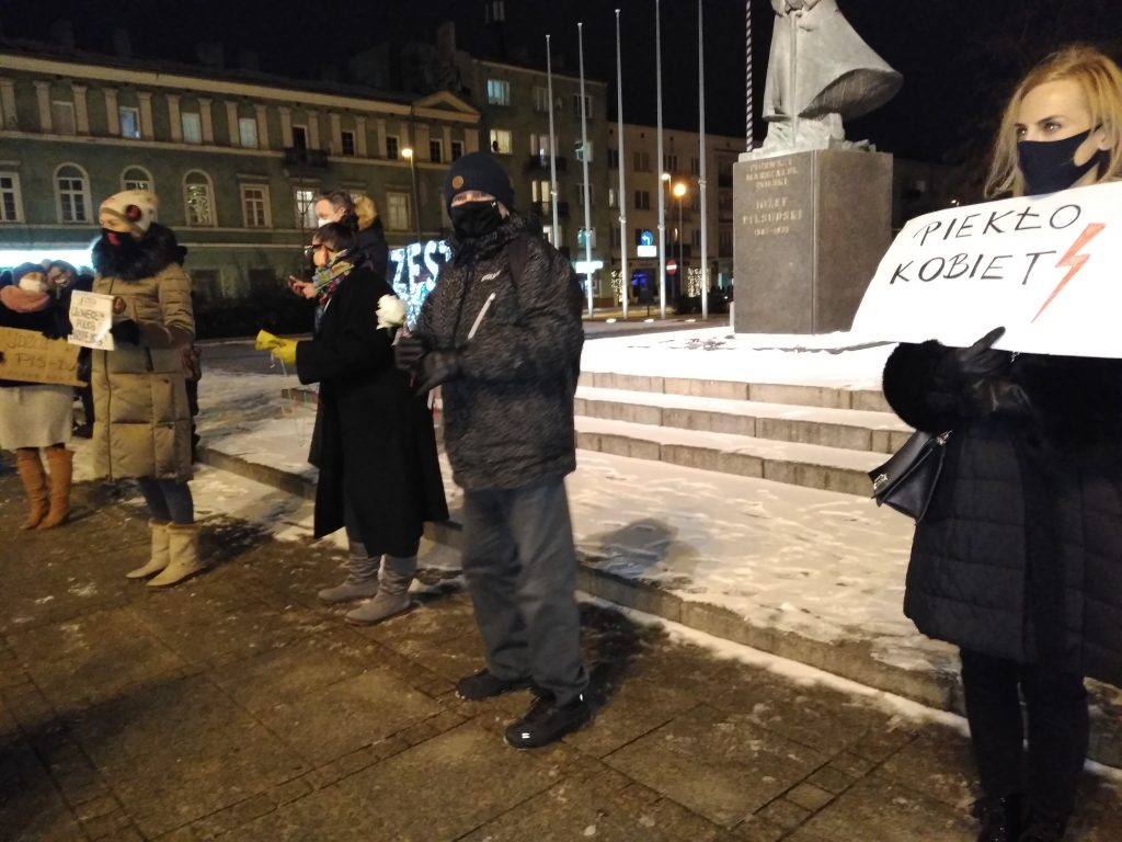 Częstochowianie w milczeniu protestowali przeciwko dzisiejszej decyzji dotyczącej publikacji wyroku Trybunału Konstytucyjnego 17