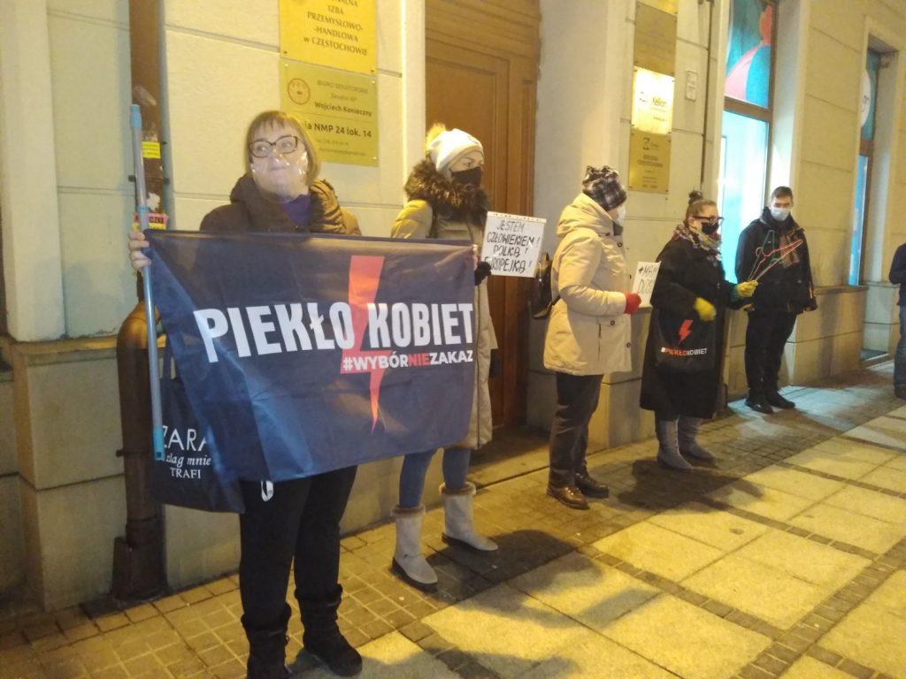 Częstochowianie w milczeniu protestowali przeciwko dzisiejszej decyzji dotyczącej publikacji wyroku Trybunału Konstytucyjnego 2