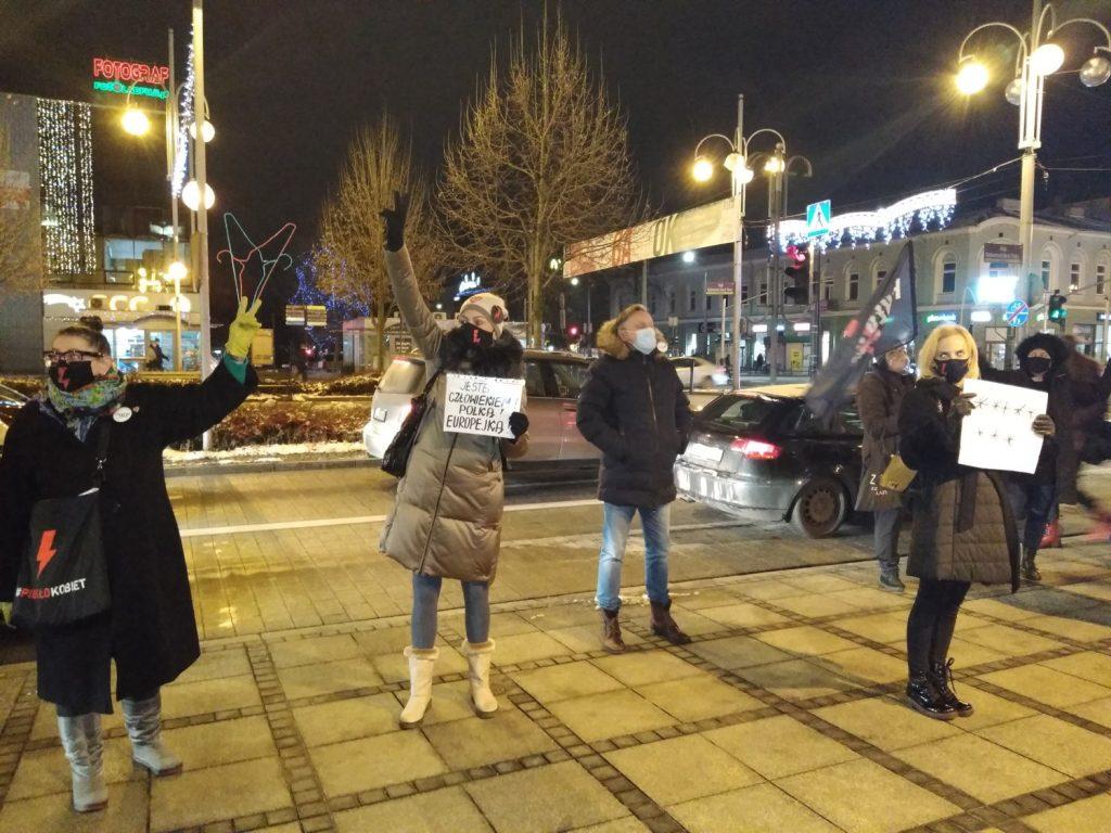 Częstochowianie w milczeniu protestowali przeciwko dzisiejszej decyzji dotyczącej publikacji wyroku Trybunału Konstytucyjnego 6