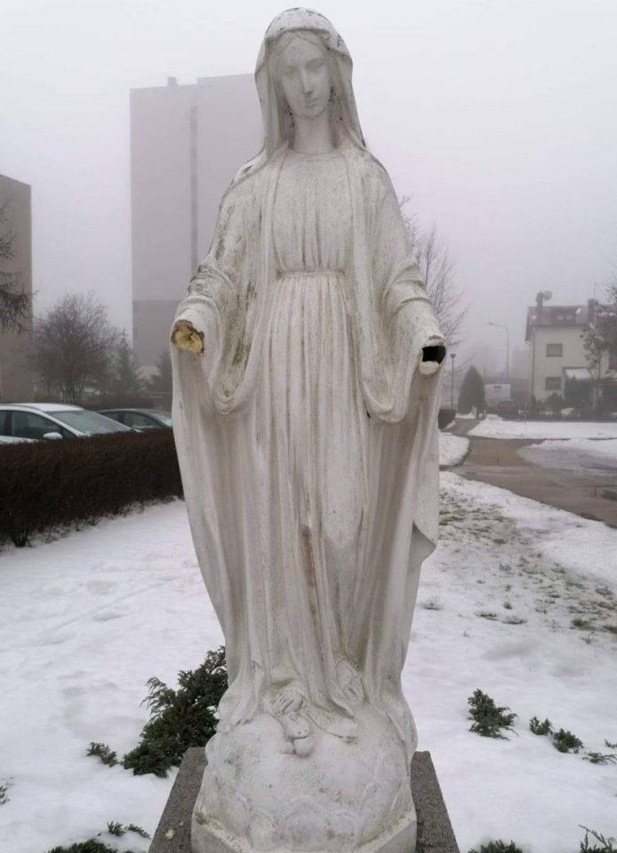Figurze Matki Boskiej stojącej przed jednym z częstochowskich kościołów ktoś odrąbał ręce 2