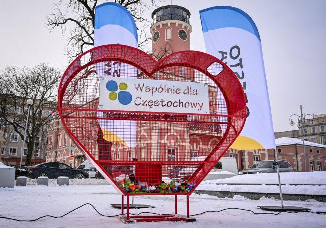 """Zamiast serca na klucze dla Kliniki """"Budzik"""" na Placu Biegańskiego w Częstochowie stanęło serce na plastikowe nakrętki. Postawiło je miasto 2"""